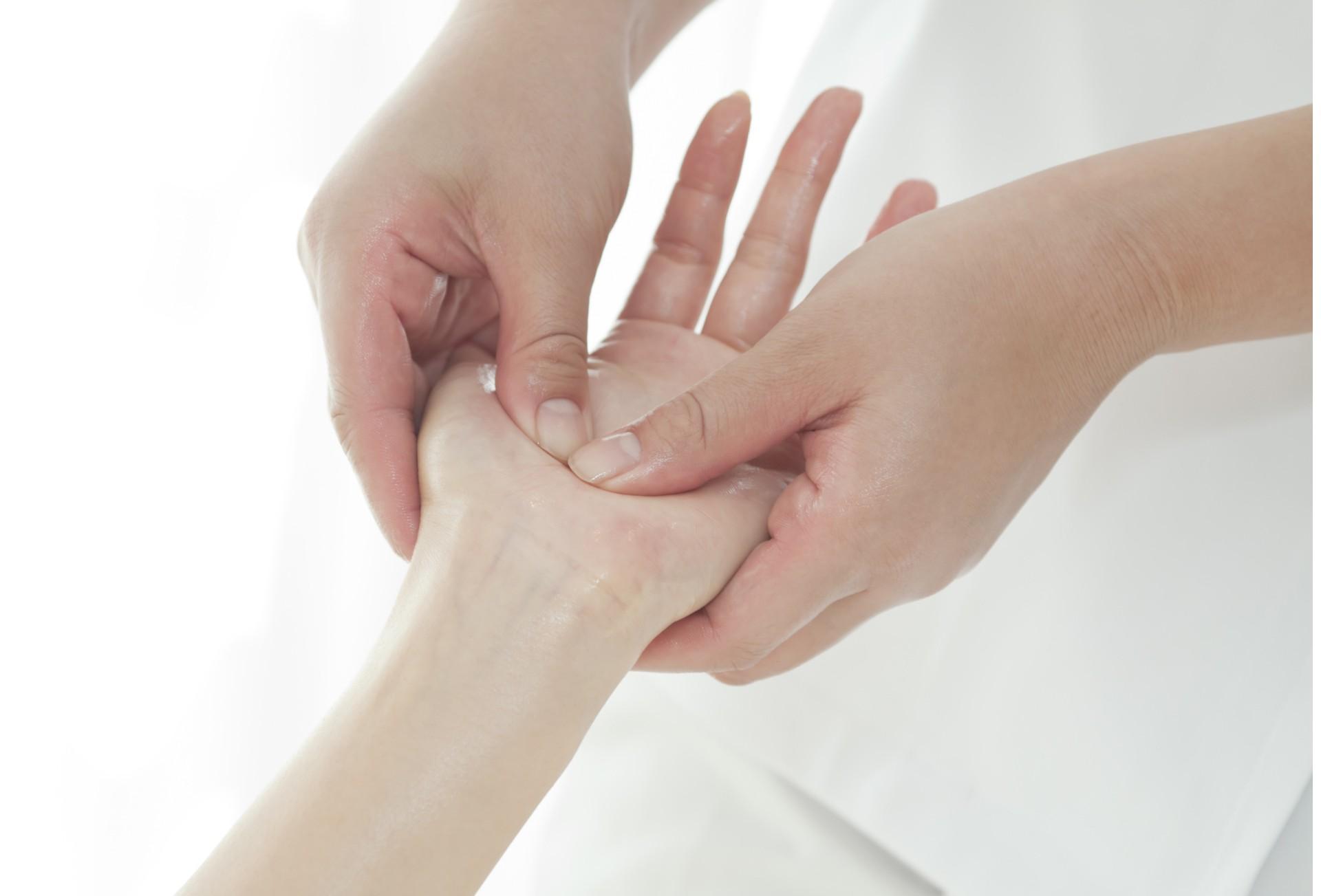 Masaža vratnega dela hrbtenice ali dlani